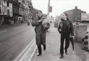 Sorj CHALANDON, à droite, en Irlande du Nord. Photo trouvée sur Mediapart.